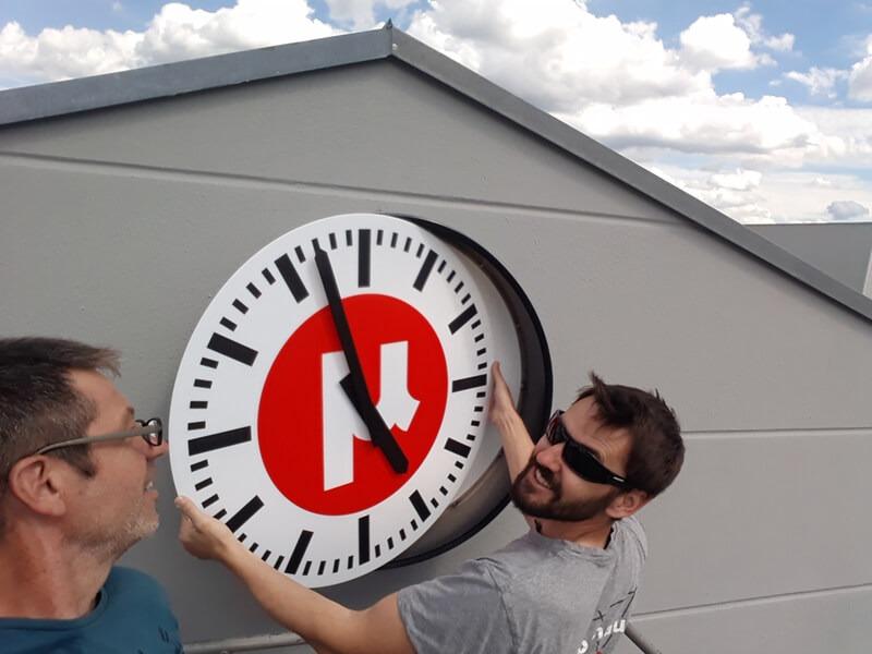 Montage der maßgefertigten Uhr