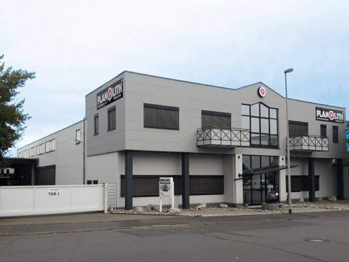 Fassade mit Firmenschildern und Uhr